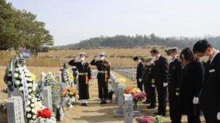 보훈처장, 서해수호 55용사 전사자 묘역참배